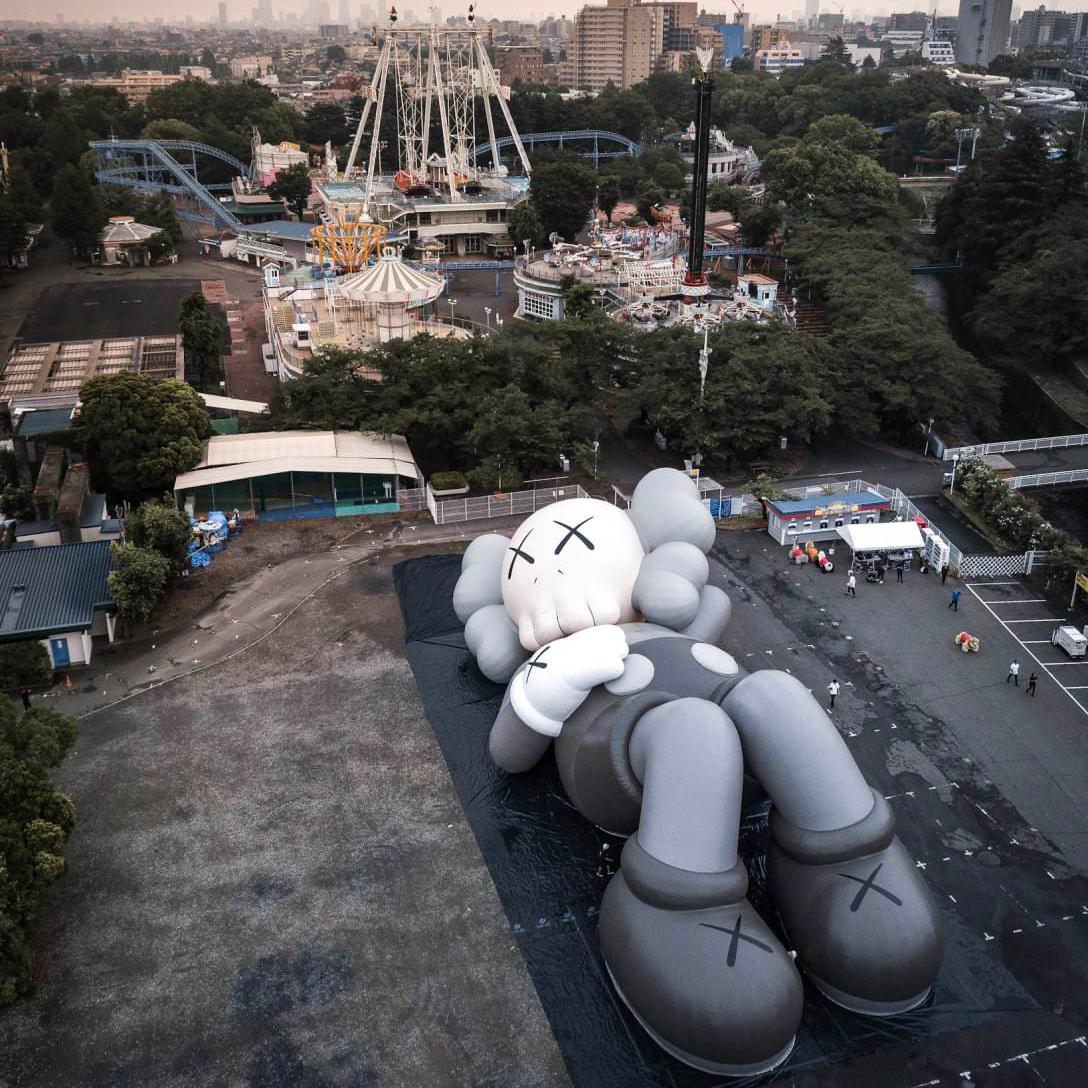 カウズの巨大アートプロジェクトKAWS:HOLIDAYが富士山麓で開催!
